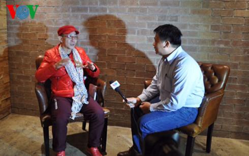 Lục Tiểu Linh Đồng trò chuyện cởi mở với phóng viên