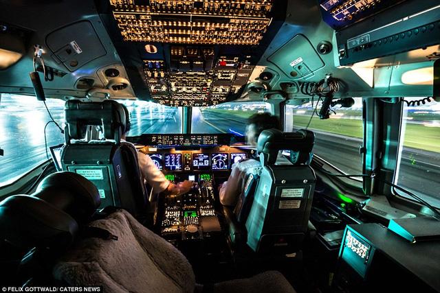 Phi công Felix Gottwald điều khiển máy bay 3 động cơ MD-11F của nhà sản xuất McDonnell Douglas trong một chuyến bay đêm