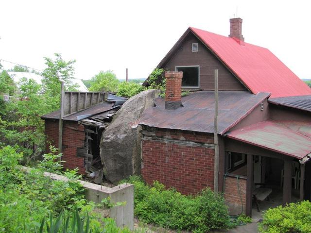 Một tảng đá 55 tấn đã lăn xuống ngôi nhà