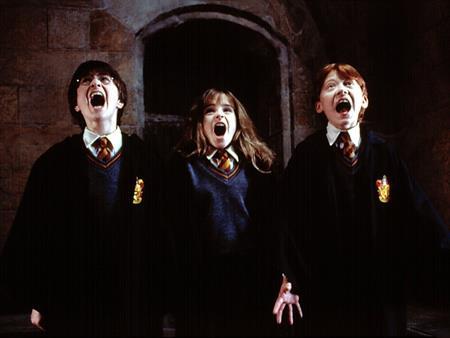 """""""Harry Potter và Hòn đá Phù thuỷ"""", phần đầu tiên trong loạt series phim ăn khách """"Harry Potter"""" hóa ra đã có tới 15 năm """"tuổi"""". Hồi năm 2001, khán giả màn ảnh rộng đã lần đầu được gặp gỡ với cậu bé phù thủy có vết sẹo hình tia chớp. Khi ấy, """"Harry Potter"""" Daniel Radcliffe mới có 11 tuổi còn bây giờ, ngôi sao người Anh đã trở thành một người đàn ông trưởng thành, chín chắn."""