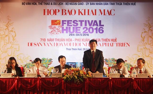 Ông Nguyễn Dung phát biểu tại họp báo Festival Huế 2016 (Ảnh: Phạm Công)