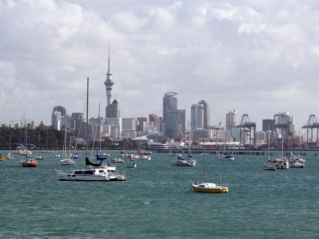 """Auckland, biệt danh Thành phố của Sails"""" của New Zeland nổi tiếng với những bãi biển cát đen nguyên sơ và điểm tham quan nổi tiếng: Phòng trưng bày nghệ thuật Auckland – nơi nắm giữ hơn 15.000 tác phẩm nghệ thuật."""
