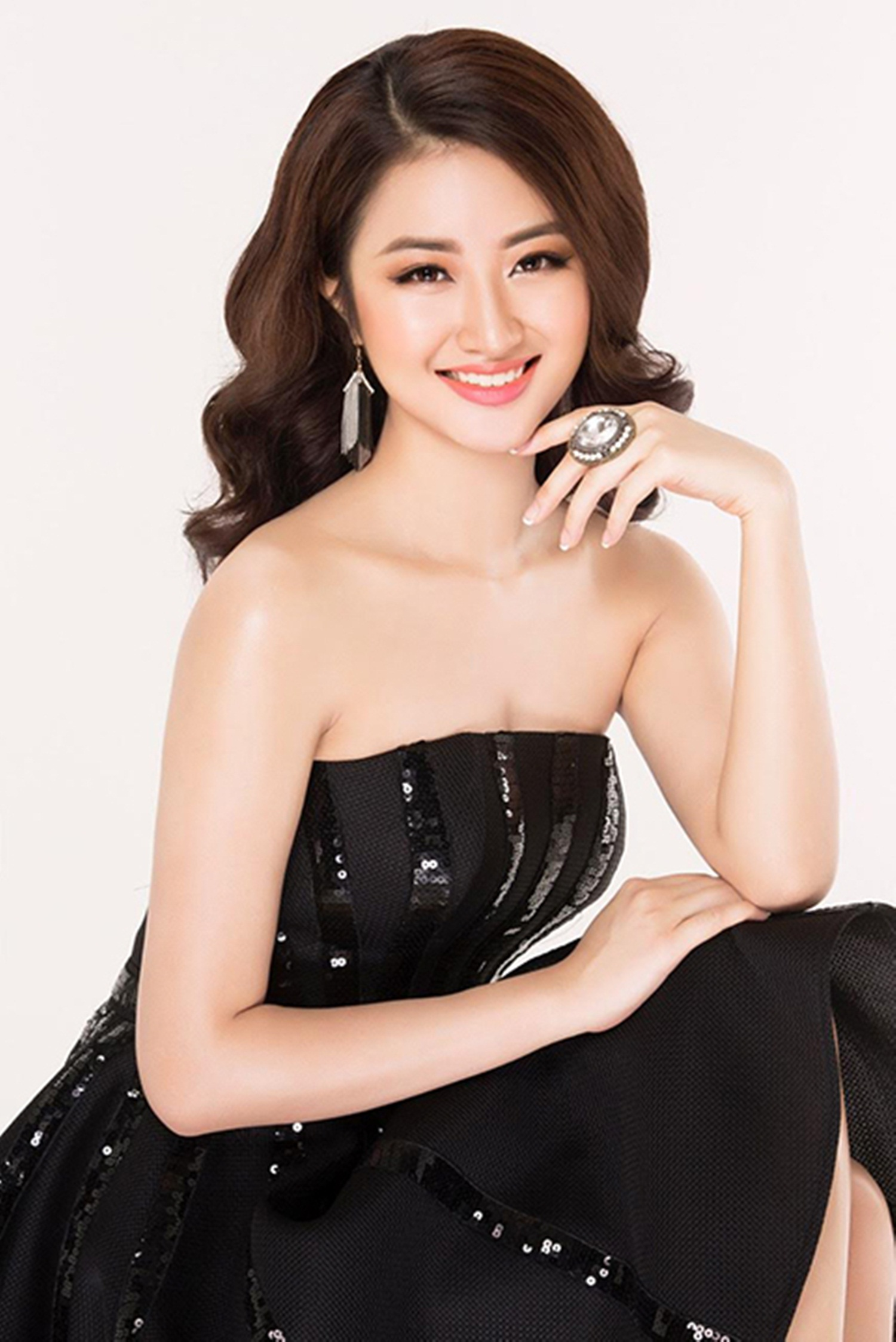Hoa hậu Bản sắc Việt toàn cầu 2016 - người đẹp Trần Thị Thu Ngân - sinh năm 1996 là sinh viên ngành Quản trị khách sạn tại Thụy Sĩ.