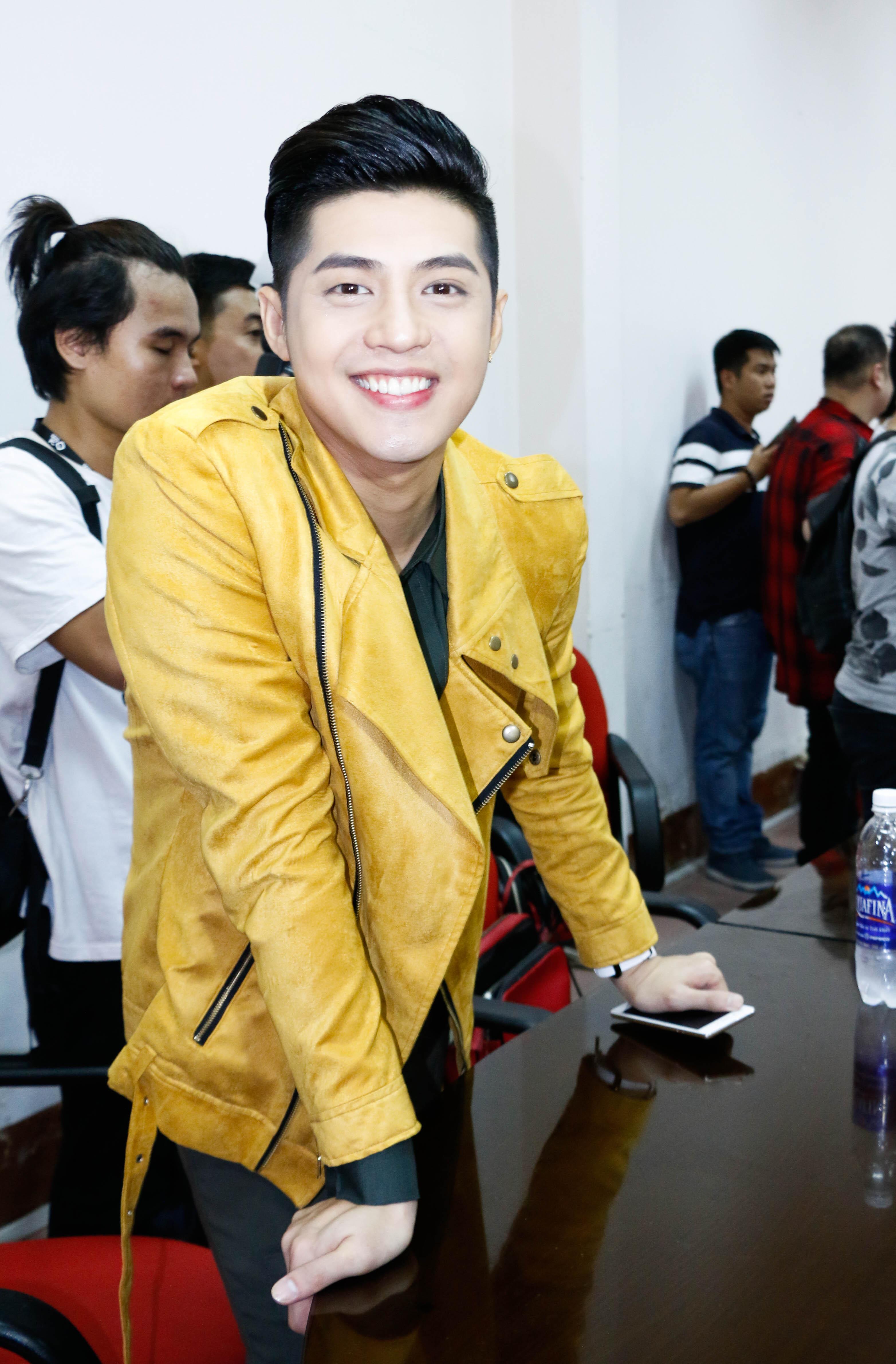 Noo Phước Thịnh khá sành điệu, trẻ trung với áo khoác màu vàng chanh bắt mắt.