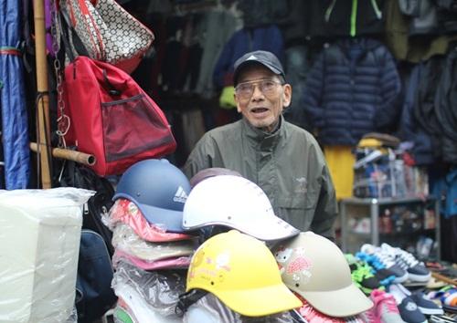 NSƯT Trần Hạnh năm nay 87 tuổi. Ngoài những lúc được mời đi đóng phim, ông ngồi trông cửa hàng cho con dâu cạnh ga Hà Nội. Gặp ông trong một buổi sáng mùa đông - khi thời tiết Hà Nội chuyển rét đậm, rét hại, Trần Hạnh thu mình trong chiếc áo gió ngồi lọt thỏm giữa đống hàng.