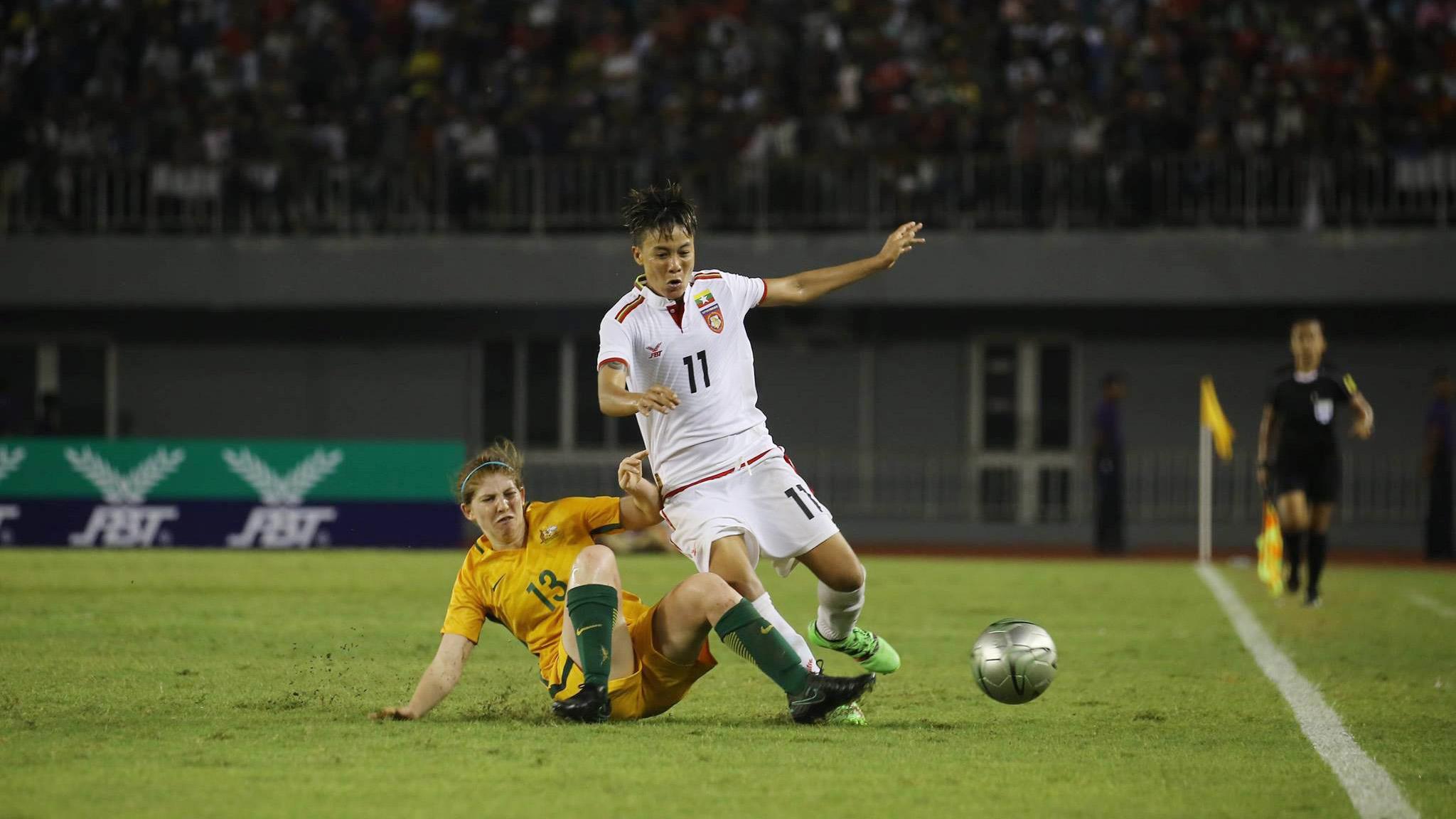 Myanmar (áo trắng) hoà U20 Australia 1-1, đứng nhì bảng B, sẽ gặp Việt Nam tại bán kết