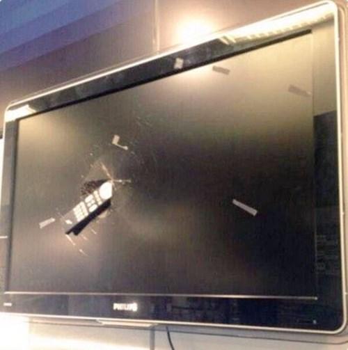 Sotherton trút cơn giận lên chiếc tivi