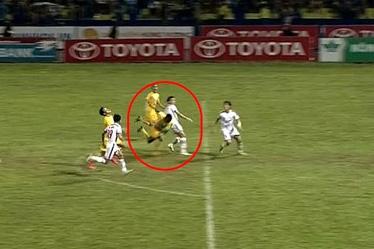 Những tình huống thổi penalty tưởng tượng này sẽ không được phép diễn ra ở vòng 10
