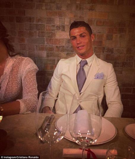 C.Ronaldo đã sang tận New York đón Năm mới cùng bạn bè. Năm nay, cầu thủ này đã quyết định móc hầu bao 100.000 euro để mua siêu xe Porsche Boxster tặng mẹ mình, bà Dolores.