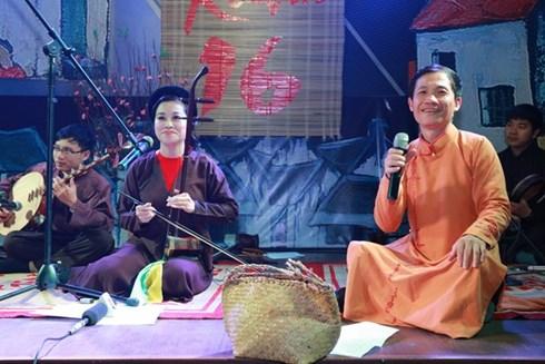 Nghệ sĩ Nguyễn Quang Long (phải) và nhóm Xẩm Hà thành biểu diễn các tác phẩm mới do nhóm sáng tác.