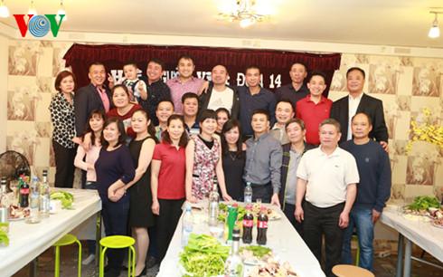 Bà con Hội người Việt khu nhà 14 chụp ảnh kỷ niệm mừng Xuân Bính Thân