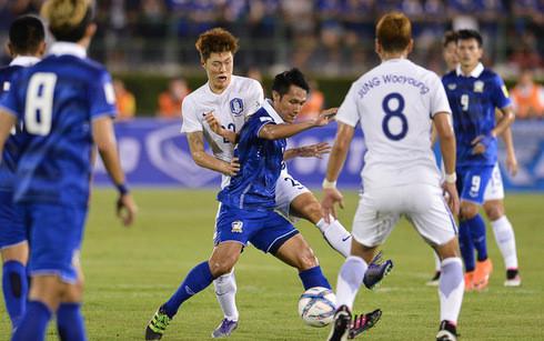 ĐT Thái Lan (áo xanh) sẽ tham dự AFF Cup với lực lượng dự bị. (Ảnh: Kapook).