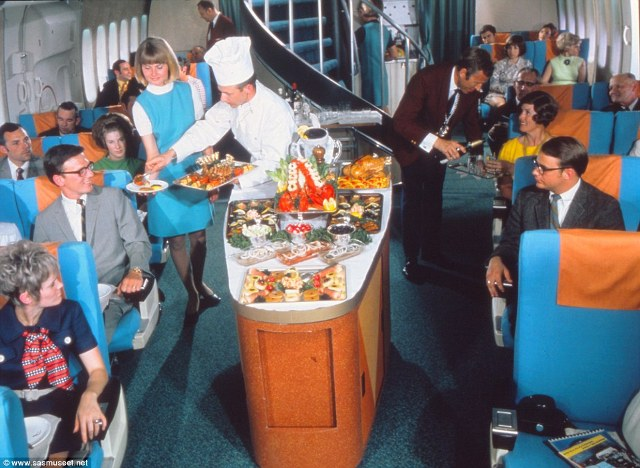 Bức ảnh chụp vào năm 1970 mô tả sự háo hức của khách hàng đang chờ đợi để được phục vụ bữa ăn với tôm hùm, thịt gà, thịt cừu và nhiều món ăn hấp dẫn khác