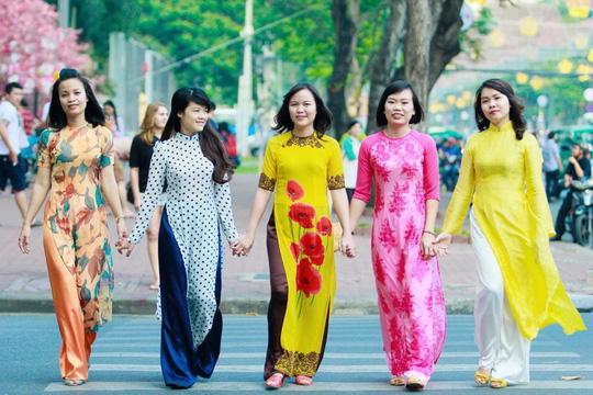 Hình ảnh những phụ nữ mặc áo dài đang được kỳ vọng trở thành hoạt động thường niên ở TP HCM Ảnh: HOÀNG TRIỀU