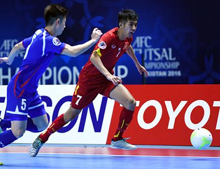Trọng Luân (7) được Fox Sports bình luận là người tạo nên lịch sử cho futsal Việt Nam, sau quả sút luân lưu đánh bại Nhật Bản (ảnh: Quang Thắng)