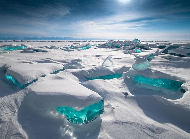 Khối băng khổng lồ ánh màu ngọc bích