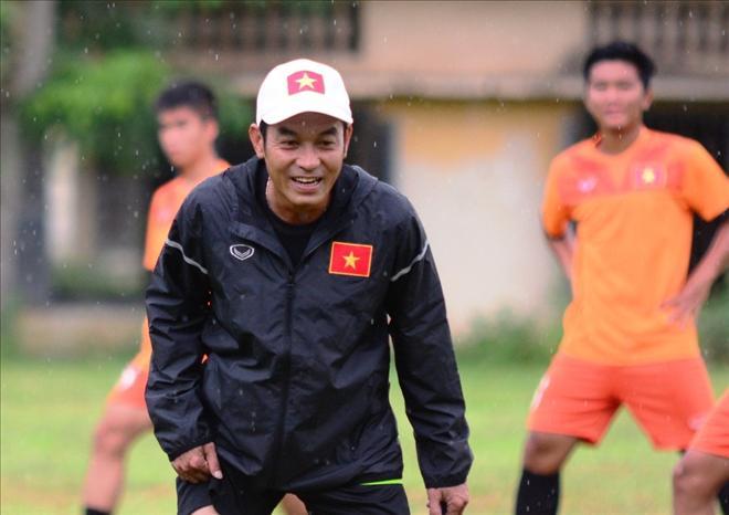 HLV Đinh Thế Nam thỏa mái cùng các học trò chuẩn bị cho trận bán kết gặp U16 Campuchia tối 21/7.