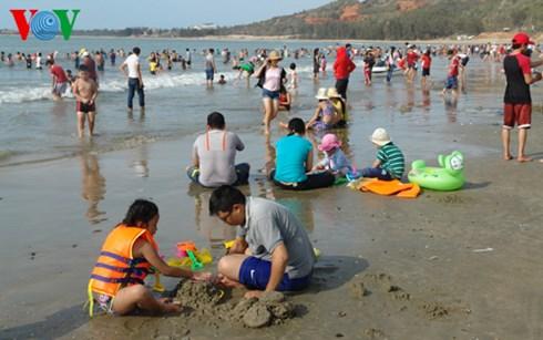 Đến Mũi Né, du khách rất thích tắm và vui chơi trên biển.