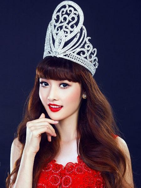 Vướng vào scandal, Hoa hậu các dân tộc Việt Nam 2011 Triệu Thị Hà xin trả lại vương miện nhưng không được chấp thuận.
