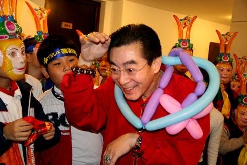 Lục Tiểu Linh Đồng là nghệ sĩ, diễn viên rất có ảnh hưởng tại Trung Quốc. Ông dành nhiều thời gian cho hoạt động xã hội, tổ chức các chuyến đi từ thiện.