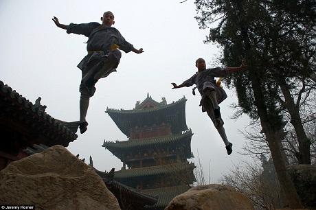 Những nhà sư ở Thiếu Lâm Tự, Trịnh Châu, Trung Quốc đang luyện tập võ thuật kungfu.