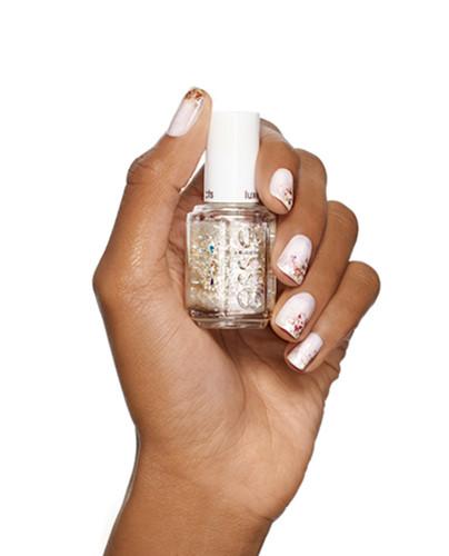 Nếu bạn muốn thêm một chút lộng lẫy và quyến rũ cho ngày trọng đại của mình, tô điểm một chút sắc màu lấp lánh phía đầu ngón tay sẽ giúp bạn lấy lại vẻ cân bằng.