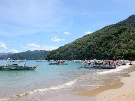 Thuyền Paraw đậu dọc bãi biển ở Puerto Princesa, Palawan.