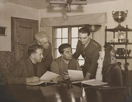 """Vivien Leigh đang bàn luận về kịch bản phim """"Caesar & Cleopatra"""" cùng với đạo diễn và các bạn diễn hồi năm 1944."""