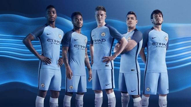 Manchester City đã thực hiện một cuộc cách mạng trên áo đấu mùa tới, với cảm hứng từ kiểu áo Raglan.