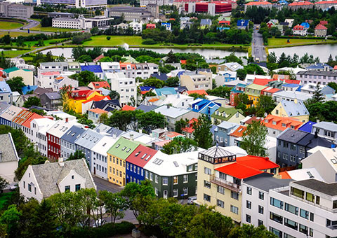 Thủ đô Reykjavik trông giống như những ngôi nhà kẹo đủ màu sắc trong xứ sở thần tiên