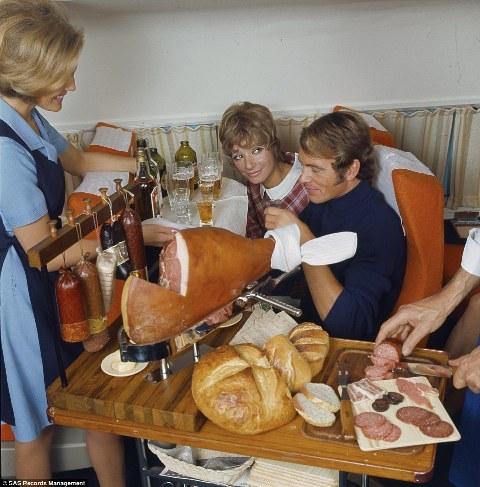 Trong giai đoạn trước khi khủng hoảng hàng không, tiếp viên sử dụng dao lớn để cắt chân giò muối, salami và phi lê cá hồi nguyên miếng (Ảnh năm 1969)