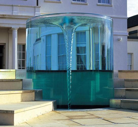 Được thiết kế bởi William Pye, đài phun nước Charybdis Vortex ở Anh là tác phẩm điêu khắc nước xoáy lớn nhất của ông cho đến nay. Đài phun nước hoạt động theo nguyên tắc dùng bơm áp lực phun nước vào các bình trụ acrylic.