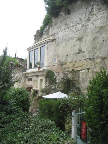 Cave House tại Troyes, Pháp trước đây là một mỏ khai thác đá vôi. Người chủ đã khéo léo dựng lên một ngôi nhà tiện nghi và trồng thêm rất nhiều cây ở xung quanh để cải thiện môi trường.