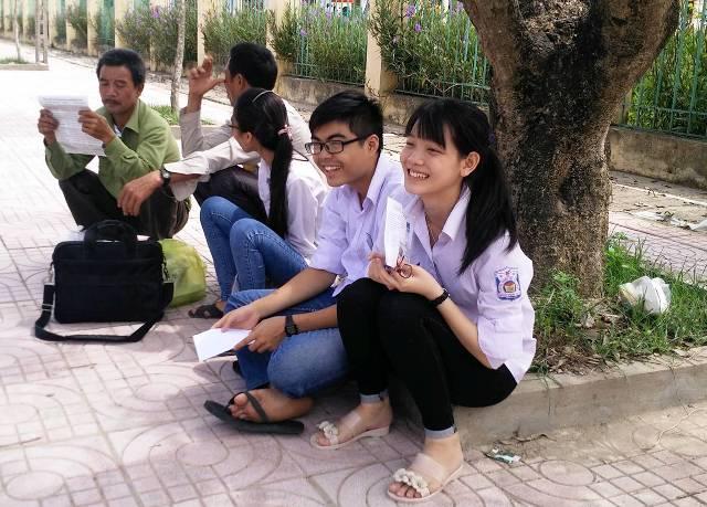 Nhiều thí sinh tươi cười sau khi kết thúc môn Văn, vì đây chỉ là môn xét tốt nghiệp, chỉ cần qua điểm liệt là đỗ.