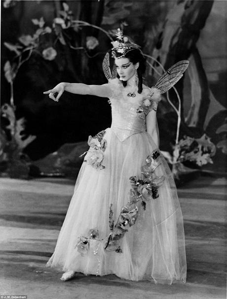 """Vivien Leigh vào vai Titania trong vở kịch """"A Midsummer Nigh's Dream"""" (Giấc mộng đêm hè) tại một nhà hát ở London năm 1937."""