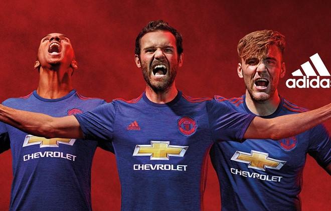 Juan Mata, Ashley Young và Luke Shaw hầm hố trong áo đấu mới của Man Utd.