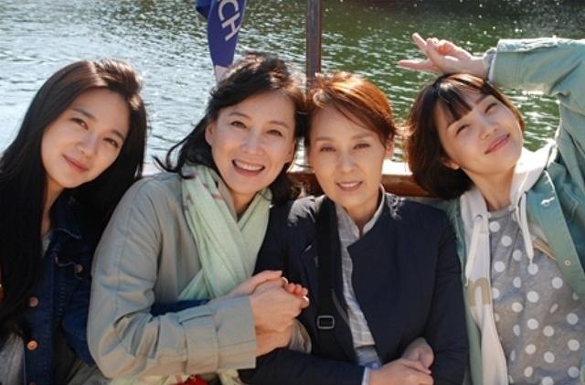 Các diễn viên nữ trong phim chụp ảnh cùng nhau.