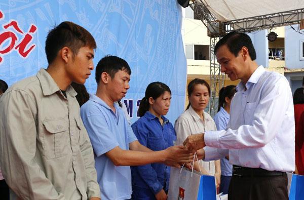 Phó Bí thư Thành ủy Hà Nội Đào Đức Toàn trao quà tới công nhân có hoàn cảnh khó khăn.