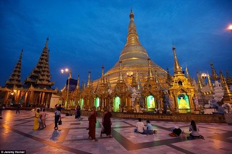 Chùa Shwedagon hay còn gọi là chùa vàng ở Myanmar. Đây là một ngôi chùa cổ kính hàng đầu trong lịch sử Phật giáo với niên đại lên tới 2.600 năm tuổi. Có chiều cao lên tới 99m, người dân trên khắp thành phố Yangon đều có thể nhìn thấy ngọn tháp suốt cả ngày và đêm bởi ngọn tháp có một màu vàng kim lấp lánh và 7.000 viên kim cương, hồng ngọc, ngọc bích, ngọc lục bảo… phản chiếu bất cứ luồng ánh sáng nào chiếu đến.
