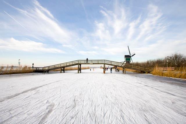 Ở nơi nào trên thế giới bạn có thể trượt băng trên một con kênh như thế này?