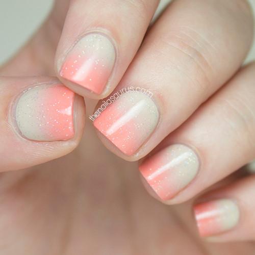 Nếu bạn thích một chút sắc màu cho bộ móng tay nhưng lại không muốn quá sặc sỡ, hãy thử mẫu này với sự chuyển đổi từ tông nude sang hồng đào. Thêm một chút lấp lánh sẽ khiến cho đôi bàn tay bạn trở nên diệu kỳ hơn.
