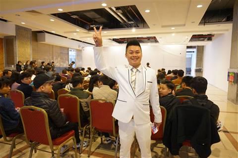 Một trong số ít những thí sinh lớn tuổi tới ứng thí. Anh Lê Tiến Thành (sinh năm 1982) cho biết anh kinh doanh kính mắt tại Hà Nội nhưng vì đam mê ca hát nên quyết tâm đi thử giọng.