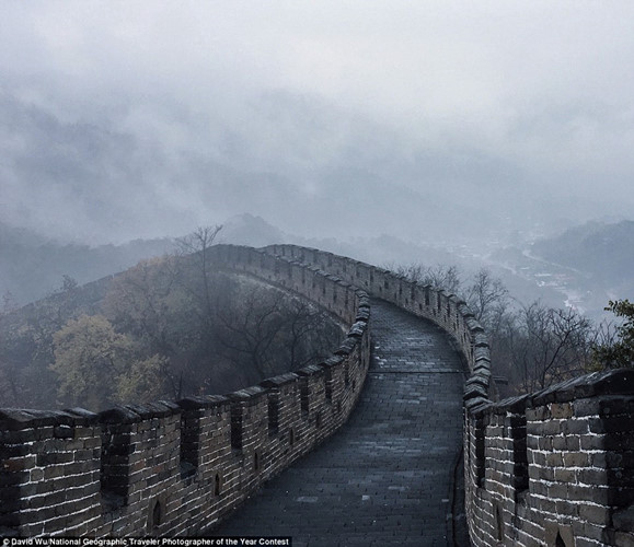 Nhiếp ảnh gia David Wu thăm Vạn Lý Trường Thành ở Bắc Kinh, Trung Quốc vào một buổi sáng sớm mùa đông khi vắng bóng khách du lịch và di tích được bao phủ bởi màn sương mờ.