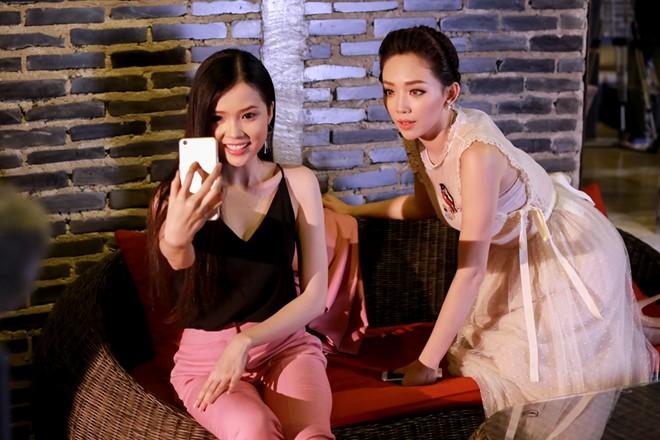 Tóc Tiên tham gia chương trình ở thử thách chụp ảnh selfie. Giọng ca Ngày mai hướng dẫn các thí sinh chọn góc mặt đẹp để có được những bức ảnh phát huy lợi thế gương mặt.
