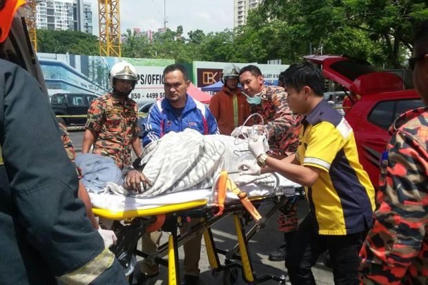 Nạn nhân nhanh chóng được đưa tới bệnh viện để cấp cứu