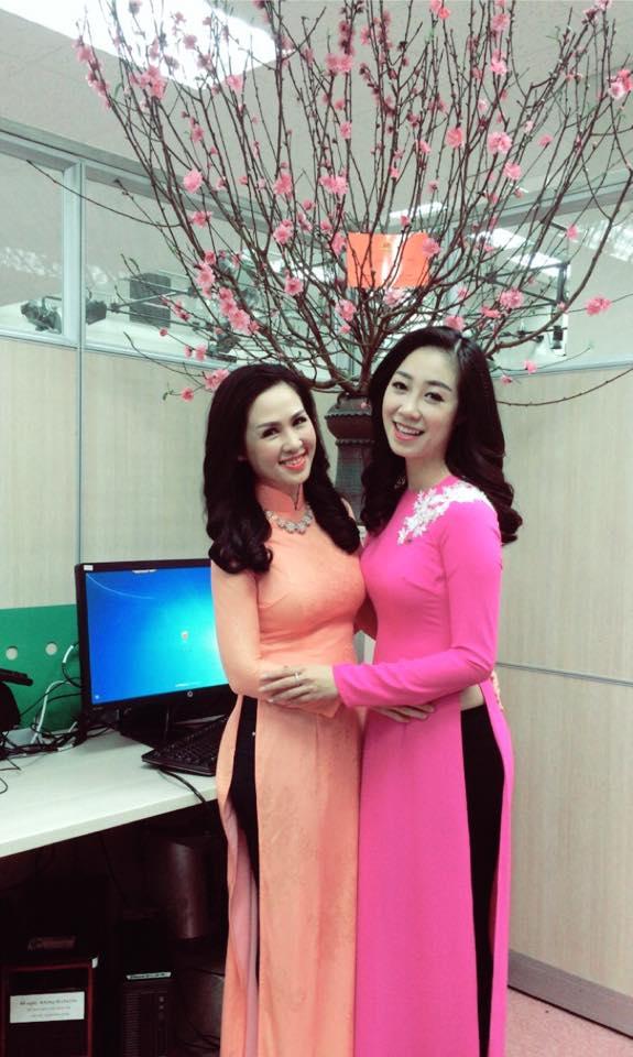 Thúy Hằng (trái) - BTV được yêu thích của bản tin Thời sự 19h sẽ đón Tết tại Hà Nội.