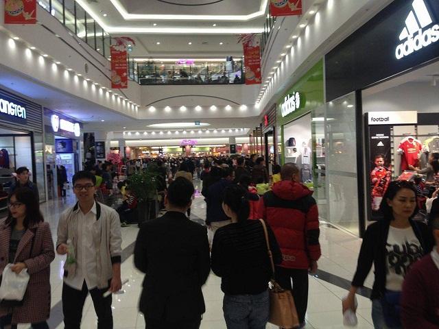 Mở cửa từ ngày mùng 1 Tết, đã có nhiều người dân đến AEON MALL Long Biên để vui chơi và mua sắm