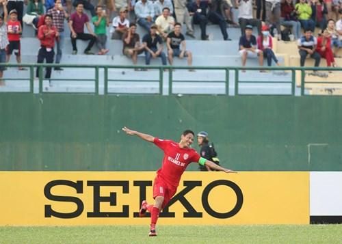 Anh Đức ăn mừng bàn thắng vào lưới Jiangsu