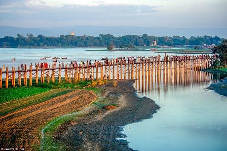 Cầu U Bein băng ngang qua hồ Taungthaman ở gần làng Amarapura, Myanmar. Cây cầu dài hơn 1km có niên đại từ năm 1850 và được cho là cây cầu cổ nhất và dài nhất được làm bằng gỗ tếch trên thế giới.