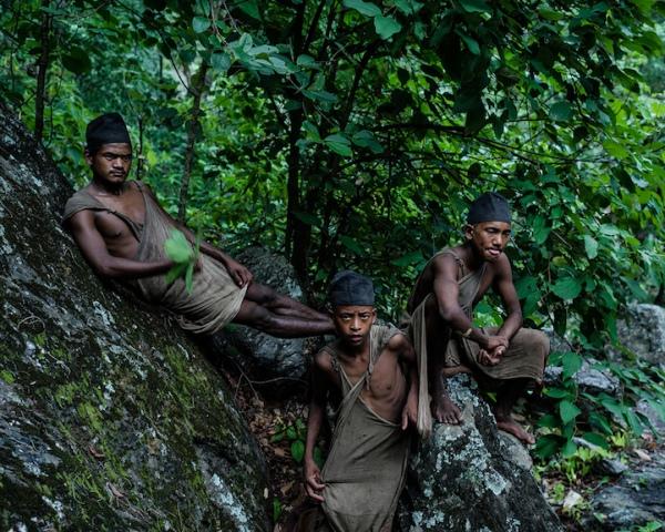 Các trưởng lão bộ lạc Raute quyết liệt chống lại sự thay đổi. Họ quyết tâm duy trì các giá trị truyền thống và gìn giữ bản sắc văn hóa độc đáo của mình, nhằm giữ những người trẻ tuổi hơn khỏi khuynh hướng tiếp cận với thế giới bên ngoài.
